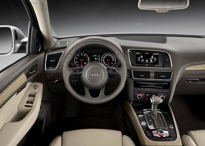 В салоне кроссовера Audi Q5 появился новый фирменный руль