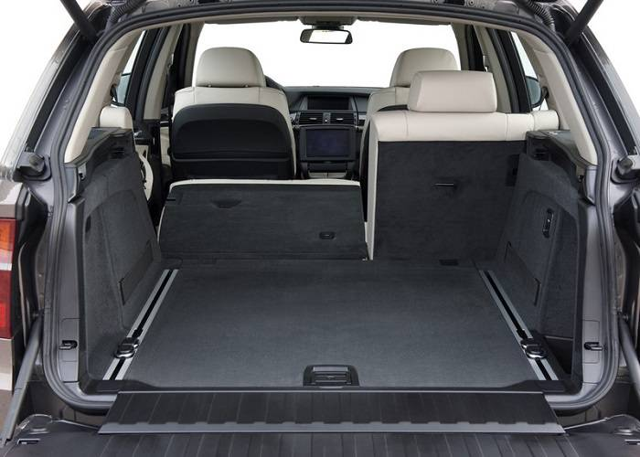 Багажник кроссовера BMW X5 имеет прекрасную вместительность