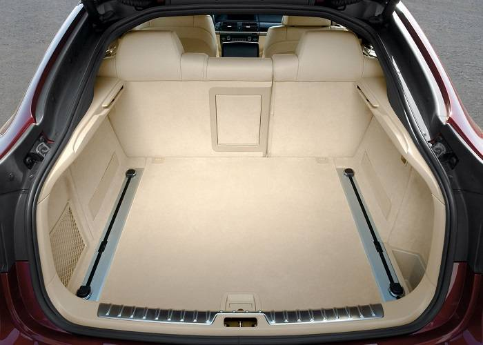 Также кроссовер BMW X6 обладает просторным багажником