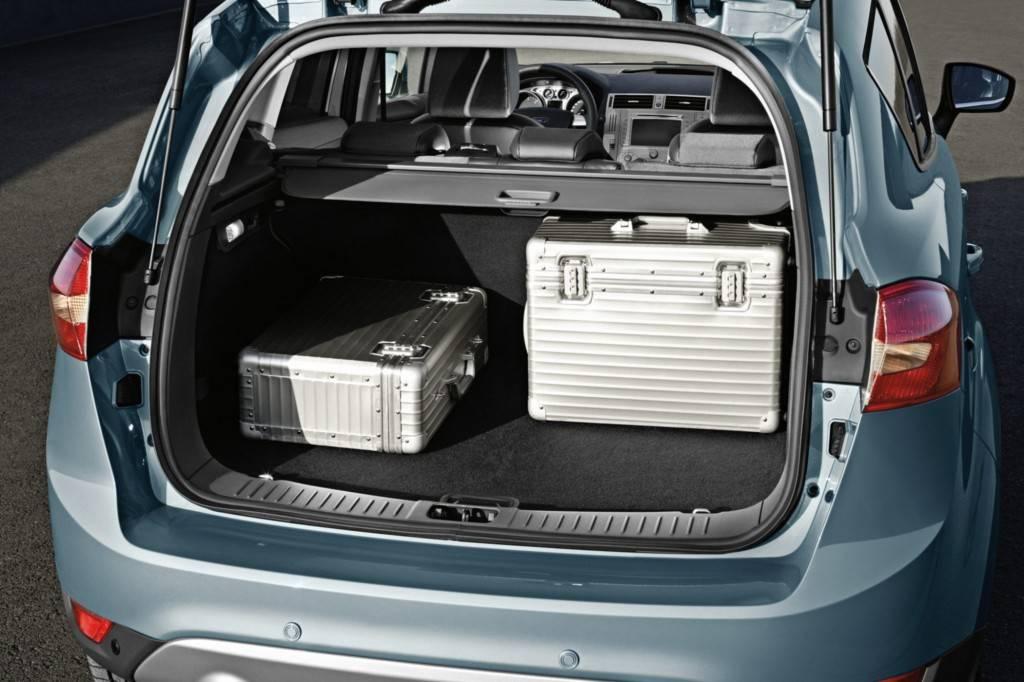 В багажник Форд Куга войдут вещи для полноценного семейного выезда за город