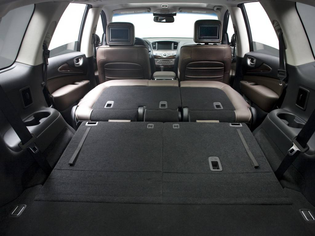 Багажник Инфинити QX60 достаточно вместителен, тем более в сложенном состоянии
