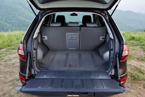 Багажник Рено Колеос достаточно просторен и удобен для погрузки