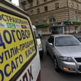 Техосмотр для ОСАГО ОСАГО, аббревиатура вида страхования, о котором знают все автомобилисты, возведенного в рамки закона. Автомобилистов России, независимо от марки и типа автомобиля обязали заключить страховой договор.Закон «обязательный для всех» и предусматривает гражданскую ответственность для возмещения ущерба, если происходит ДТП. Договор ОСАГО заключается в страх. компании, с государственной лицензией, которая дает право на оформление автостраховок. Перечень документов, предоставляемых в страховую компанию: Документ о гос. регистрации автомобиля Тех. паспорт Тех. талон на автомобиль Вод. удостоверение и паспорт владельца В списке присутствует название технический талон осмотра автомобиля. Возникает закономерные вопросы: «Нужно ли прохождение тех. осмотра для заключения договора? » и «Можно ли заключить договор автострахования без прохождения тех. осмотра?» Прохождение технического осмотра Чтобы заключить договор надо предоставить действующую карту диагностики транспортного средства. В 2015 г., до конца июля, разрешалось пользоваться тех. талоном, действующим до 30.06.2012 г. Страховые компании, заключающие сегодня договора ОСАГО, получили исключительное право контролировать прохождение тех. осмотра. Поэтому при заключении договора требуется документ, подтверждающий прохождение тех. осмотра, которым и считается диагностическая карта, тех. талоны отменили с 01.08.2015 г. На какой транспорт не требуется тех. талон или карта диагностики при заключении договора Автомобили, используемые на военной службе, и зарегистрированные в военных автоинспекциях или органах исполнительной власти Автомобили, используемые в оперативно-розыскной службе Трактора, самоходные спец. машины с установленным двигателем свыше 50 см3, или с электрическим двигателем, макс. мощностью которого - 4 кВт. Причем эта спецтехника, и прицепы к ней зарегистрированные в Государственном технадзоре. Прицепы для автомобилей массой меньше 3,5 т, владельцы которых физические лица Сроки прохождения тех. о