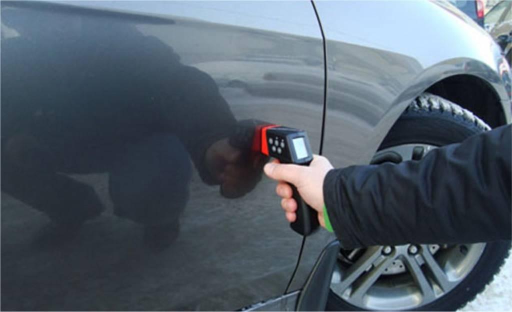Чтобы понять, принимала ли машина участие в ДТП, рекомендуется приобрести специальный прибор, который способен определить толщину покрытия кузова – толщиномер лакокрасочного покрытия.