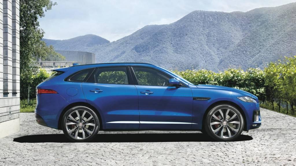Решительный вид авто подчеркивается эффектной формой и косой линией крыши.