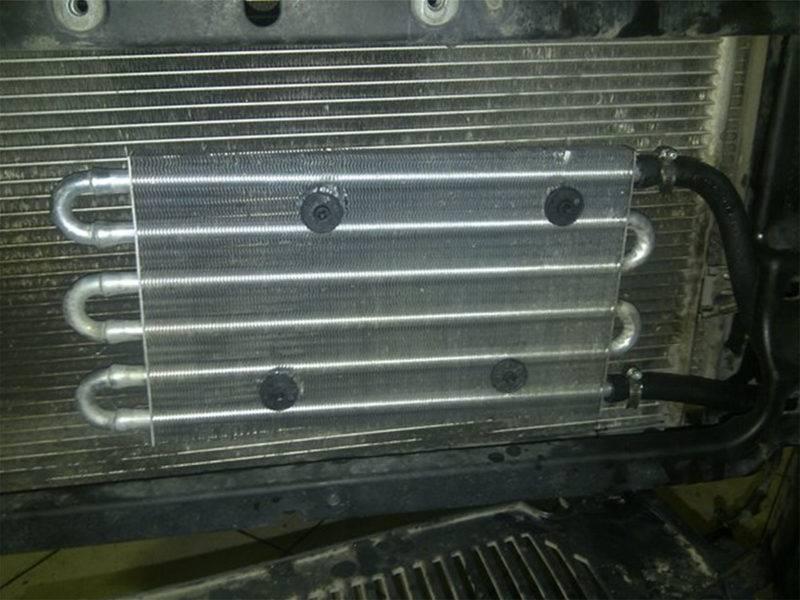 Еще один радиаторустанавливается перед основным радиатором в разрыв между АКПП и основным радиатором.