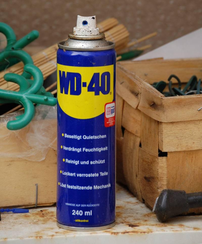 Универсальная WD-40 пригодится и при замене тормозных колодок.