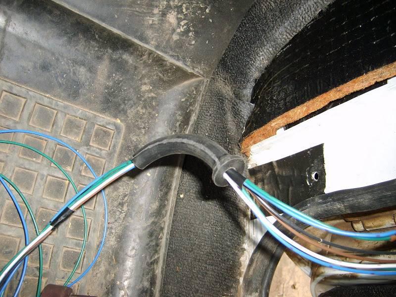 После разметки можно приступать к проводке. Ее нужно растянуть от главного блока, то есть от двери водителя к каждой двери. Важно – понизу проводку не проводить, так как там постоянное скопление большого количества влаги.