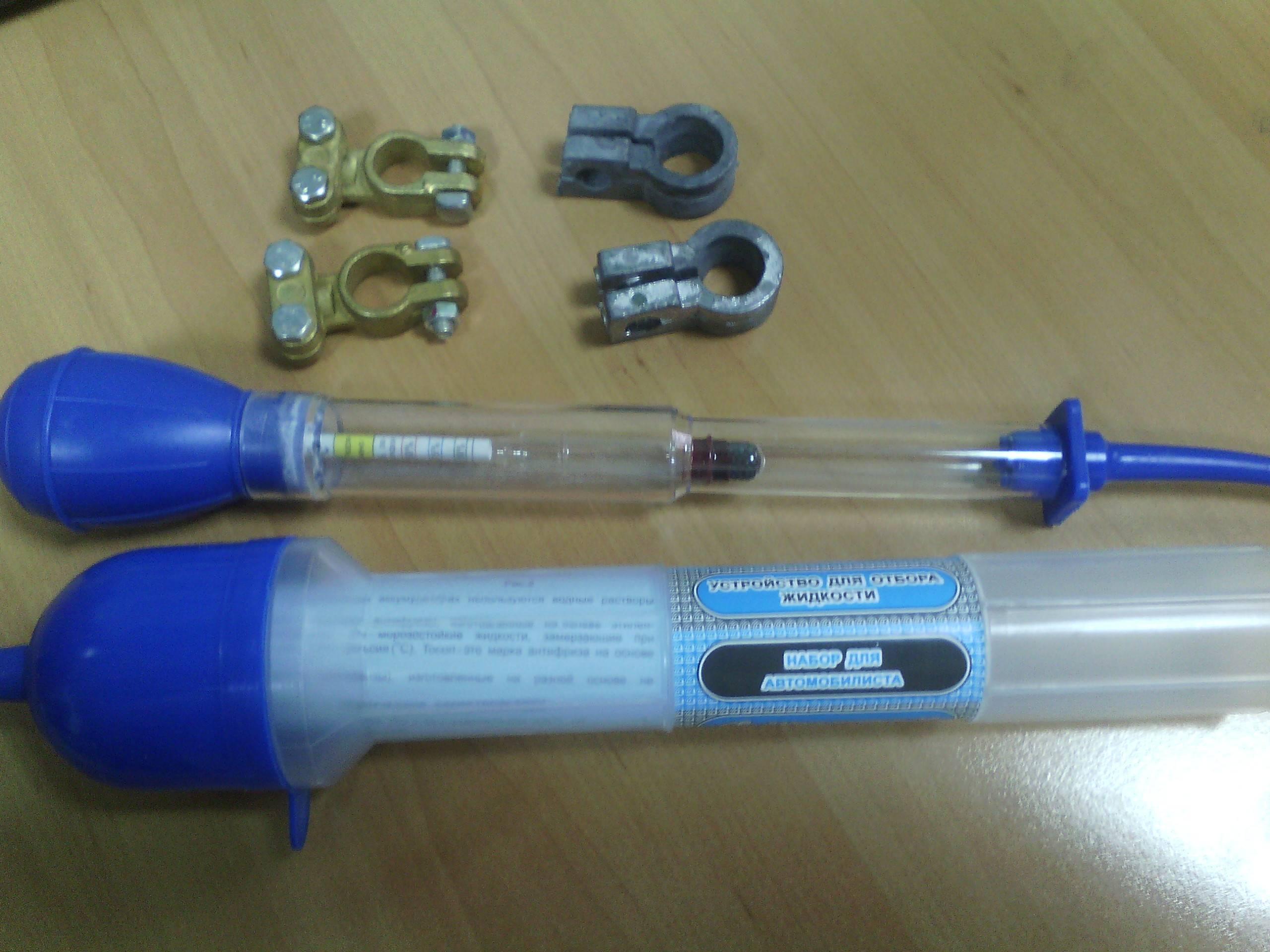 Плотность электролита оценивают, как правило, используя ареометр – измерительный прибор в виде стеклянной колбы с ареометром внутри, грушей из резины на одном конце и резиновой трубкой на другом.