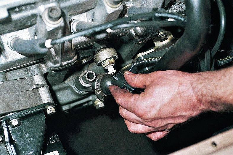 На ВАЗ 2110 для замены датчика следует снять разъем, как показано на рисунке.