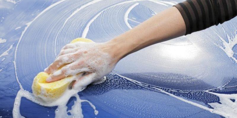 Стекла мыть губкой или специальной мягкой щеткой. Чем меньше поцарапаны стекла, тем лучше видимость.