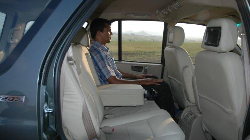 На заднем диване с легкостью смогут расположиться два пассажира, для которых предусмотрен подлокотник.