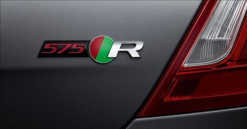 Для того чтобы иномарка выглядела более спортивно и статусно, разработчики приняли решение разместить на кузове четырёхдверного варианта логотипы 575 R.