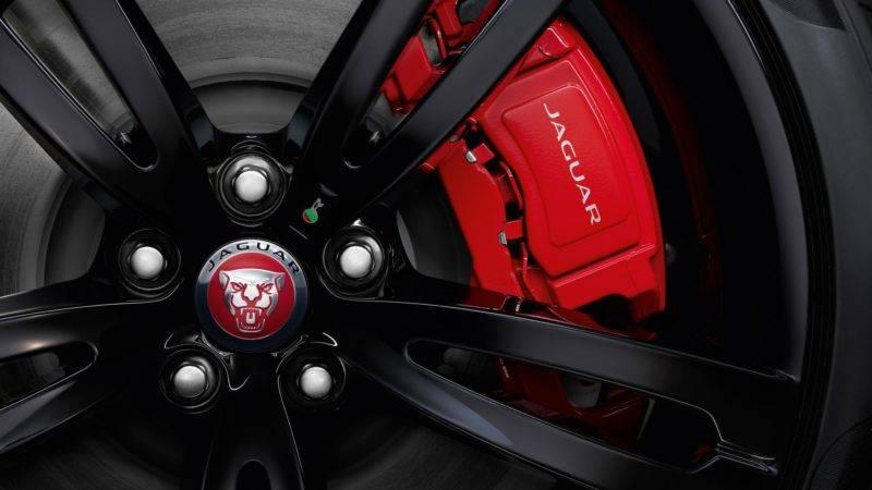 Ещё большую стильность этих элементов достигается благодаря тормозным суппортам, выкрашенным в красный цвет, с нанесенной на них надписью фирмы Jaguar.