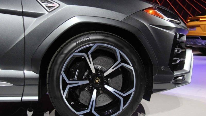Самая значительная тормозная система среди всех автомобилей – 442 миллиметра на передних колёсах и 373 миллиметра на задних.