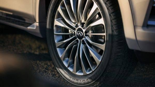Мощные 22 дюймовые колесные диски приобрели еще более стильный и привлекательный вид.