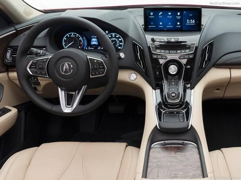 Трехспицевое рулевое колесо оснащено кнопками управления аудиосистемой и другими элементами авто.