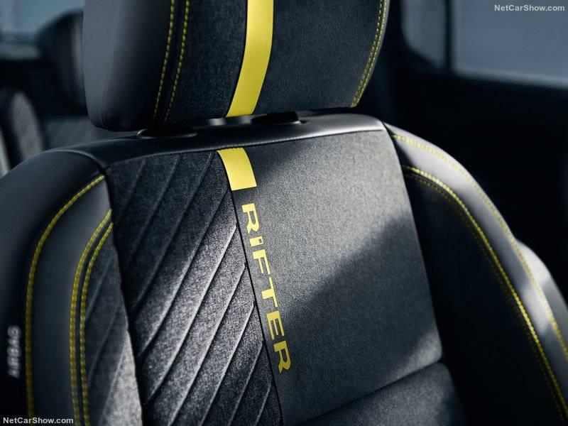 Фирменные кресла Rifter качественно отделаны сочетанием серого текстиля и черной алькантары.