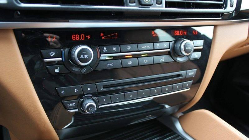 Климат-контролем управляют два блока, расположенных под разделителями, выбор радиостанций и запуск дисков также осуществляется при помощи блока.