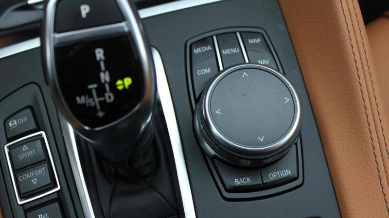 Сенсорный экран размером 10,2 дюйма и поворотный диск между сиденьями делаютуправление простым и удобным.