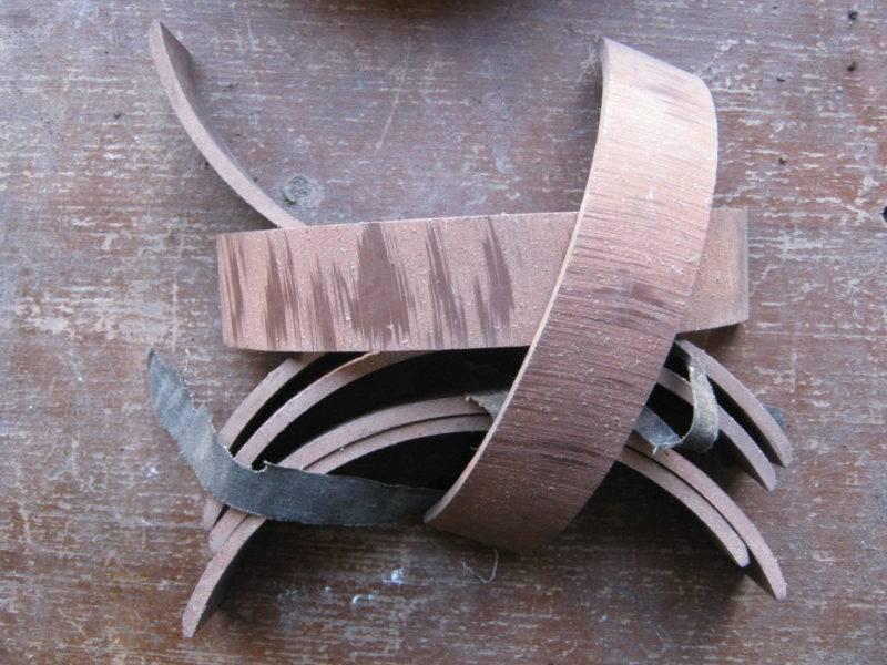 Одним из расходных материалов системы являются фрикционные накладки,которые бываютдисковые или барабанные, они заклепываются или приклеиваются на стальную опору.