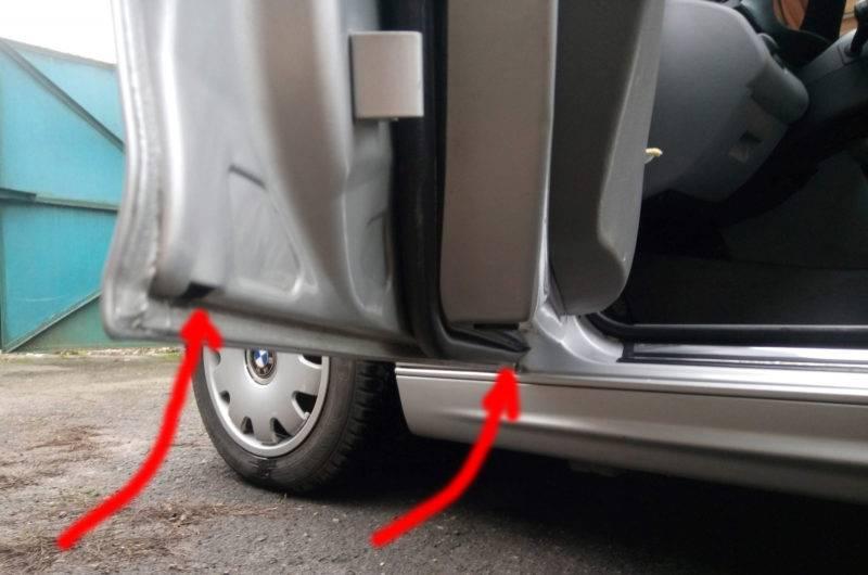 Дренажные отверстия располагаются в нижней части кузова. В нижней части каждой двери (в том числе и на багажнике) имеются небольшие отверстия.