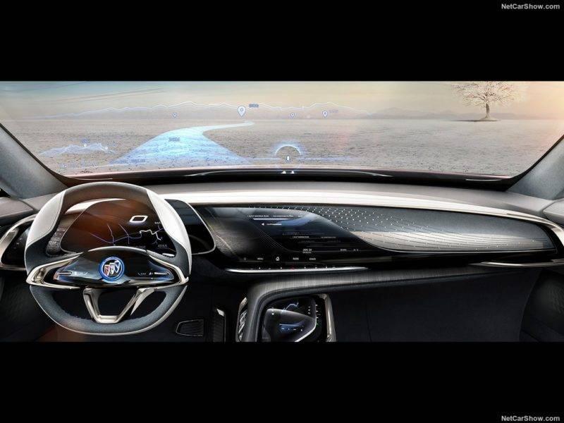 Вся площадь лобового стекла - это проекционный дисплей, на нем во время езды появляются различные подсказки и указатели для водителя, которые особенно будут помогать в незнакомой для него местности.