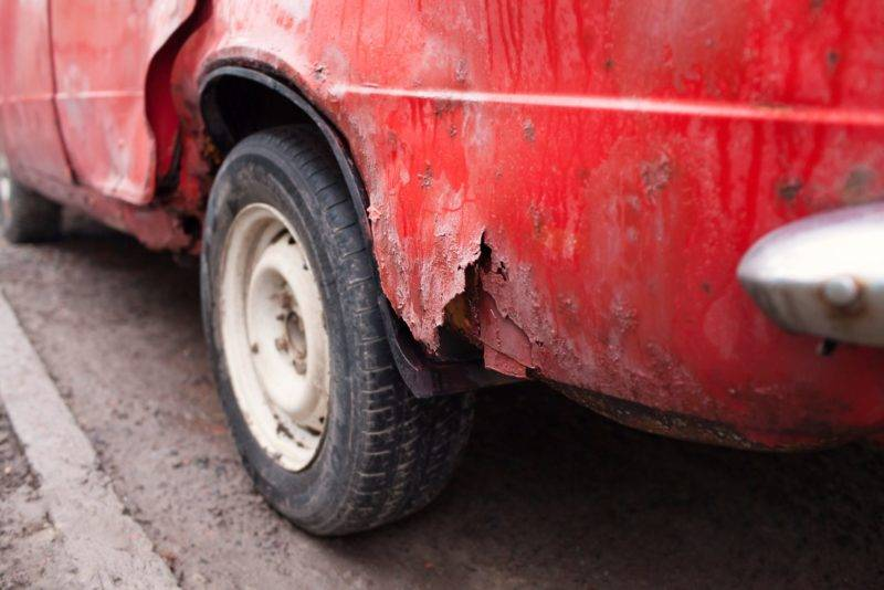 Реагенты способны испортить даже покрашенные детали автомобиля, не говоря уж о голом железе.