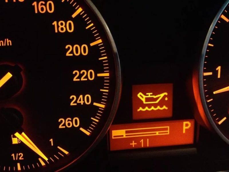 Симптомом неисправности масляного фильтра служит увеличение времени горения индикатора, отвечающего за давление масла в системе, на панели приборов во время автоматического теста при запуске автомобиля.