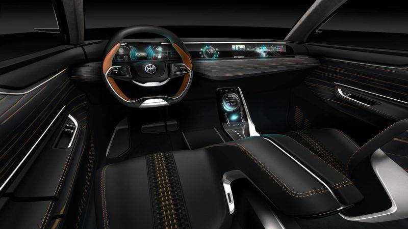 Перед водителем очень стильный двухцветный руль с хромированными деталями, по-спортивному скошенный книзу. На него вынесены кнопки управления некоторыми системами автомобиля.