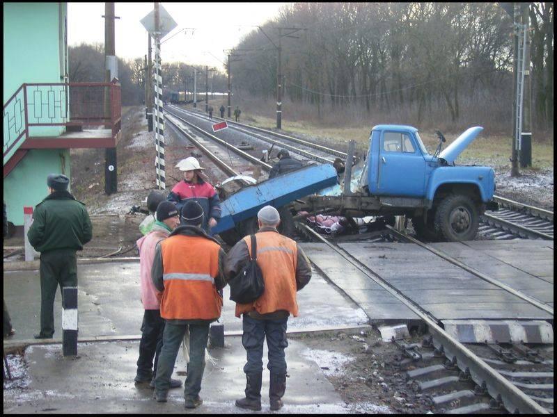 В том же 2016 году зафиксировано 211 столкновений между автомобилями и поездами, в результате которых пострадали 108 человек, 31 человек погиб.