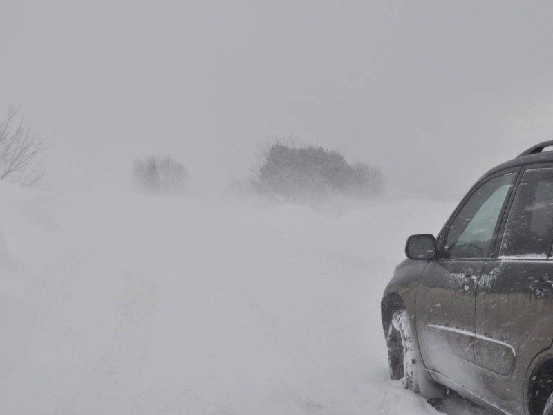 На большей части России зима длится дольше трех календарных месяцев, так что с опасностью снежных заносов знакомы многие.