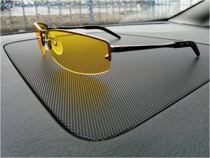 Такие очки намного повышают уровень видимости на дороге, снижают напряженность глаз во время долгого пребывания на дороге и имеют ряд преимуществ по сравнению с обычными солнцезащитными очками.