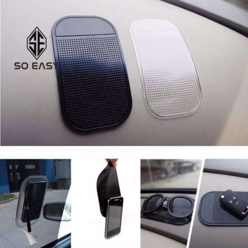 Если водителю требуется держать под рукой сразу несколько различных предметов, можно приобрести комплект ковриков и разместить их на разных участках приборной панели.