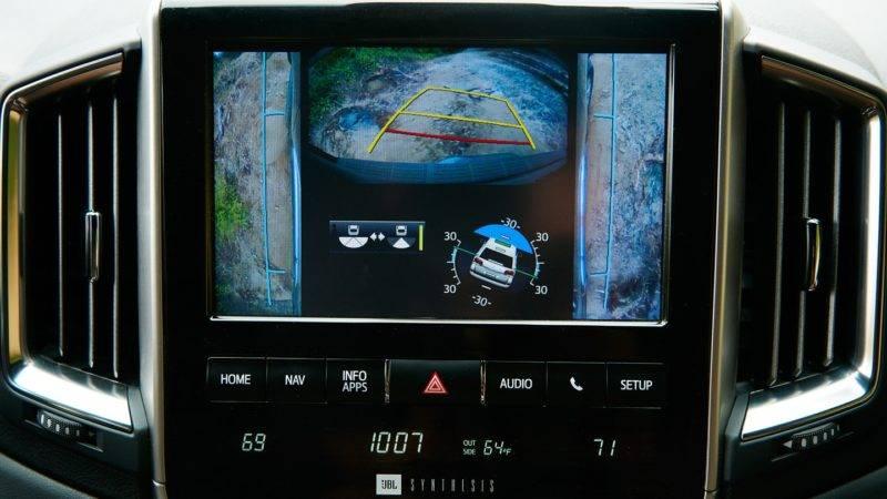 Данное транспортное средство оснащено несколькими видеокамерами системы Multi- Terrain Monitor, которые обеспечивают отменную обзорность.
