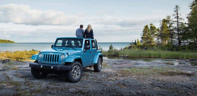 Отличившийся Jeep Wrangler доступен в России примерно от 3 600 000 рублей.