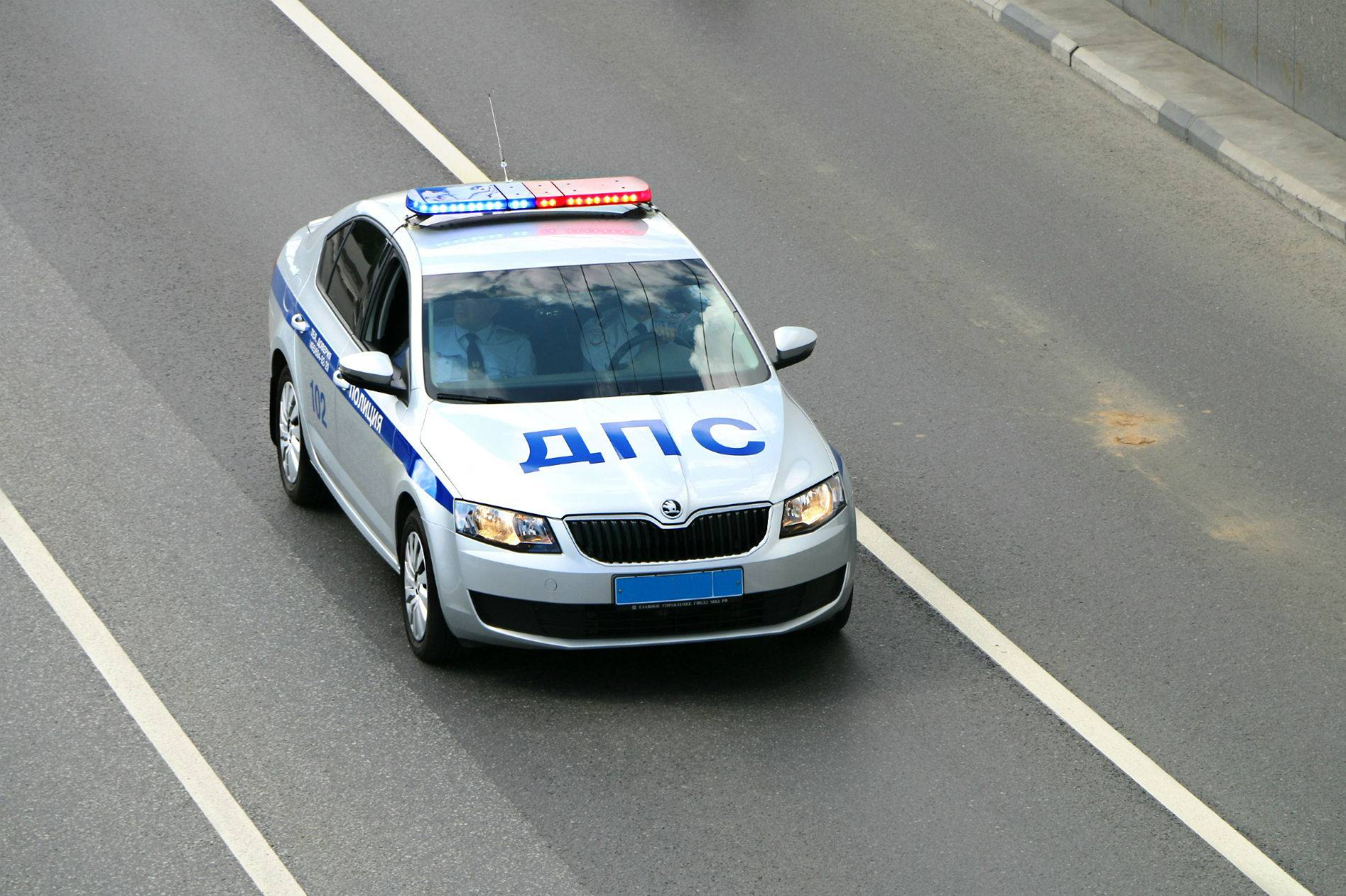 Случаев обгона патрульной машины ГИБДД немного, но их надо знать каждому автомобилисту, как «отче наш». Они прописаны в пункте 3.2 Правил дорожного движения.