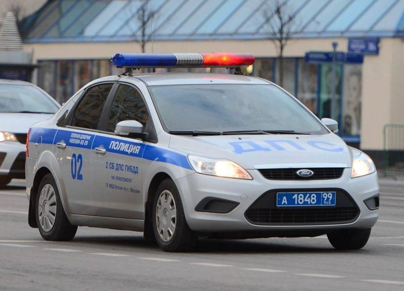 Если машинаДПС едет на низкой скорости, то её можно обгонять, следя за скоростью своего ТС и превышая низкую скорость патрульного автомобиля.