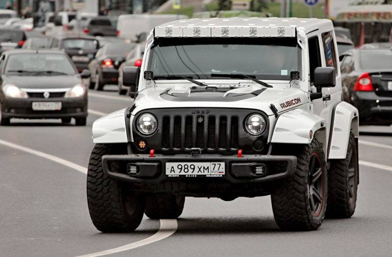 У внедорожников Jeep есть то, чем не могут похвастать соперники: съемная жесткая крыша у длиннобазного варианта и снимающийся мягкий верх у короткобазной модели.