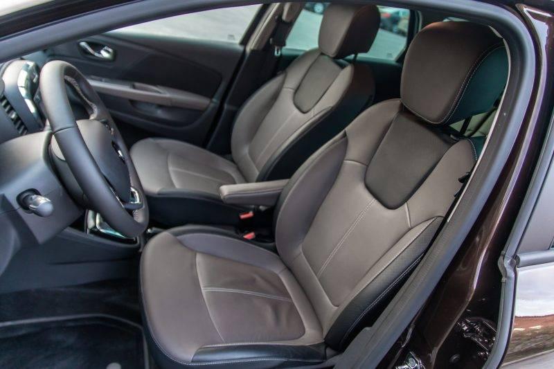В топовой комплектации доступна обивка сидений из комбинированной кожи.
