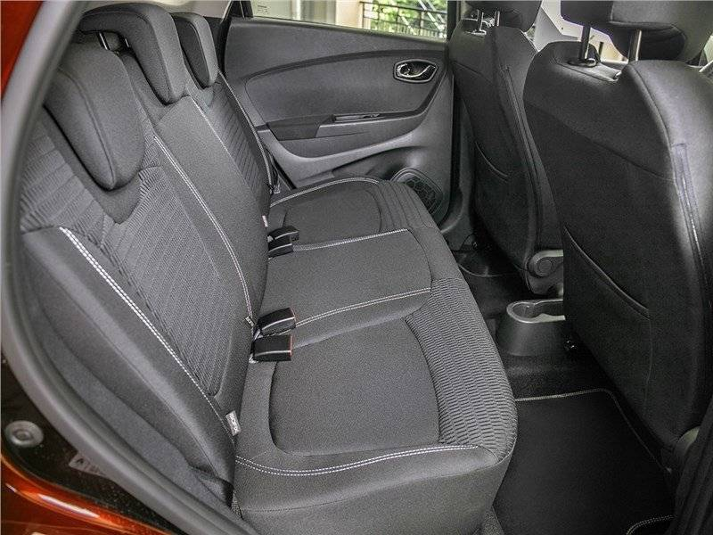 Задние сиденья формально рассчитаны на трех пассажиров, фактически же с комфортом разместятся только двое. Удобства третьего пассажира обеспечиваются разве что наличием подголовника.