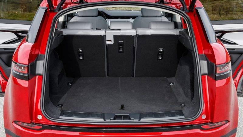 За счет переработанной задней подвески стало больше и места для багажа, так что теперь по объему грузового пространства Evoque сопоставим с купе BMW X2.