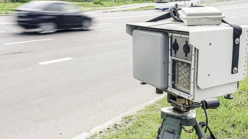 """Некоторые камеры нового поколения оснащены системой """"Пит-стоп"""". В случае, если скорость была превышена более чем на 60 км/ч, данные с видеофиксатора передаются ближайшим к месту нарушения сотрудникам ДПС."""