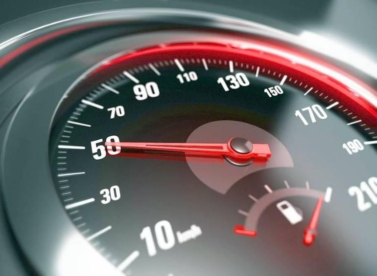 Автомобиль плавно набирает скорость.