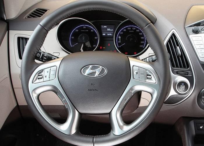 На руле добавлены некоторые кнопки, которые позволяют водителю легко пользоваться еще большим количеством необходимых функций