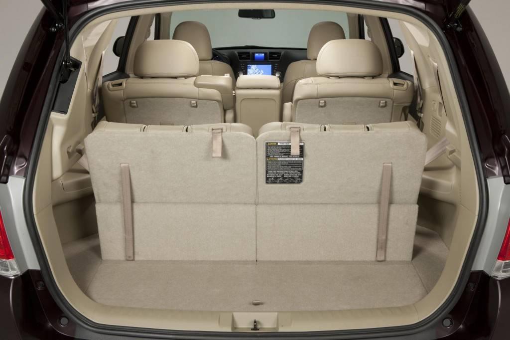 При сложенном третьем ряде сидений места в багажнике становится намного больше
