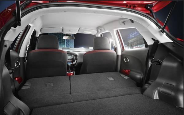 Складывающиеся задние сиденья нового Ниссан Джук позволяют эффективно регулировать пространство багажника