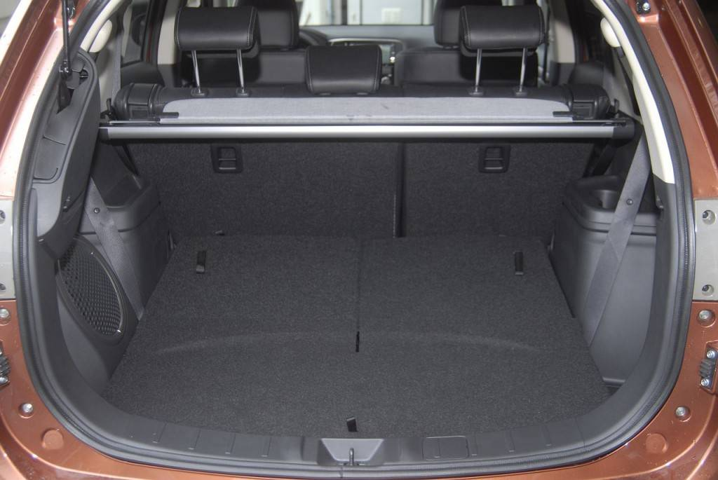 Багажник нового Аутлендера впечатляет своими размерами