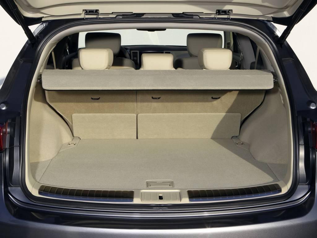 В сравнение с другими моделями, размер багажника QX70 не впечатляет