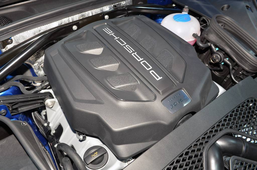 2014-porsche-macan-s-engine-view